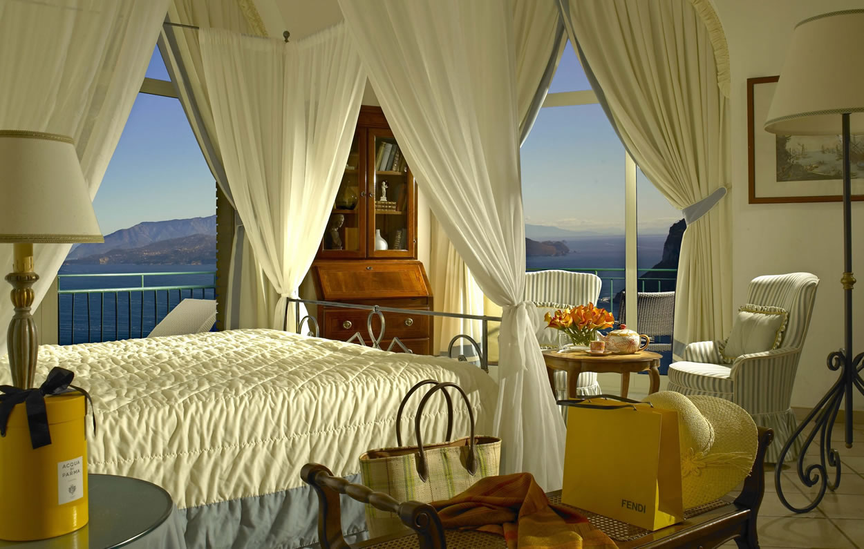 Wake up to extraordinary and Simply-Jaw-Dropping views of the Sorrento Peninsula and the port of Capri.